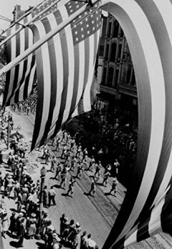 Framing parade as seen through flags and poles Poster Drucken (45,72 x 60,96 cm) - Parade Pole