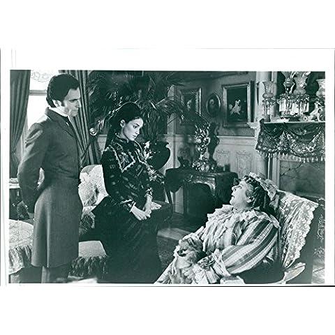 Vintage fotográfico de Daniel Day-Lewis, Winona Ryder, y Miriam Margolyes en una escena de conversación en la película la edad de inocencia.