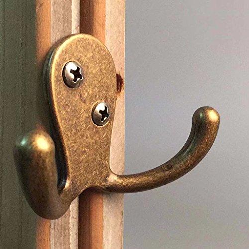 Petits crochets de mur sur la porte simple de chambre à coucher derrière le mur de salon de mur stable et durable