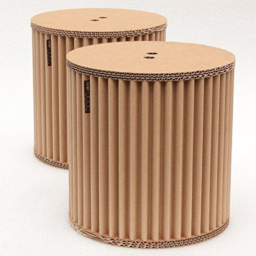 cArtù Hocker Set: bestehend aus zwei kleinen, robusten Hocker-Kisten, ideal für das Kinderzimmer oder als Nachttisch. Die Aufbewahrungskisten aus cArtù, einer neuartigen Wellpappe im eleganten Öko-Design, lassen sich in 3 einfachen Schritten zusammensetzen. Abmessungen: 32 x 32 cm