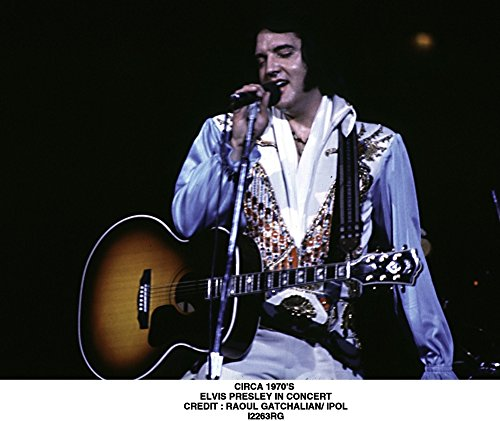 The Poster Corp Elvis Presley Performing in a Beaded Jumpsuit Photo Print (76,20 x 60,96 ()
