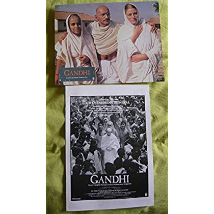 11 photos couleurs (21 cm x 27 cm) + dossier de presse 8 pages N&B (21 cm x 30 cm) de Gandhi (1983), film réalisé par Richard Attenborough avec Ben Kingsley, Edward Fox, Martin Sheen - Bon état.