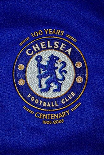 Foto ein 30,5x 45,7cm Hochwertiger Fotodruck der Chelsea Football Club Centenary Shirt Badge Club Wappen Hochformat Foto Farbe Fine Art Bild Print. Fotografie von Andy Evans Fotos -