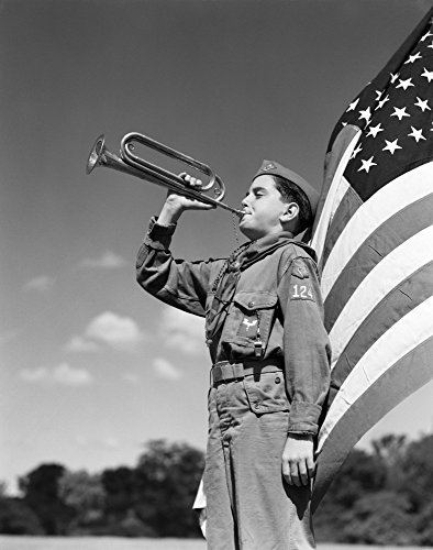 The Poster Corp Vintage Images - 1950s Profile of Boy Scout In Uniform Standing In Front of 48 Star American Flag Blowing Bugle Kunstdruck (27,94 x 35,56 cm)