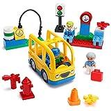 Play Builds Scuolabus Building Blocks Set - 29 pezzi - Include veicolo, Fermata di autobus, Stazione di rifornimento, Semaforo, 3 Minifigures e accessori - Consigliato per Boys & Girls Almeno 3 anni
