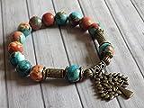 Bracelet pour femme vintage tibétain en perles de jade blanc naturel teinté en marron, orange et bleu et pampille en forme d'arbre en bronze antique