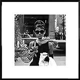 1art1 Audrey Hepburn Poster Kunstdruck und Kunststoff-Rahmen - Tiffany Schaufenster (40 x 40cm)
