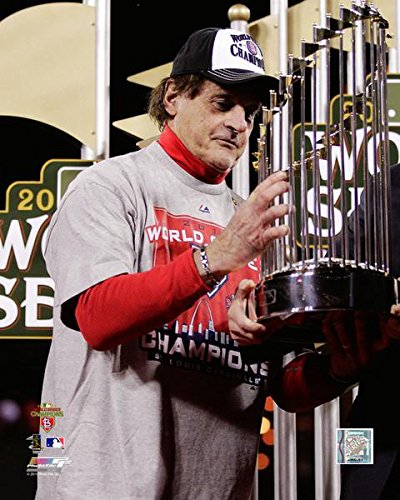 Tony LaRussa with World Series Championship Trophy Game 7 of The 2011 MLB World Series Photo Print (20,32 x 25,40 cm) - World Series Championship Trophy