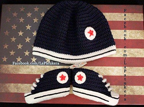 Set Babyschuhe häkeln, mit passendem Hut aus Wolle, Unisex. Stil, Converse All Star. Farbe marineblau, aus Wolle, 4 Größen 0-12 Monate. handgefertigt in Spanien. Turnschuh und Hut gehäkelt gestrickt.
