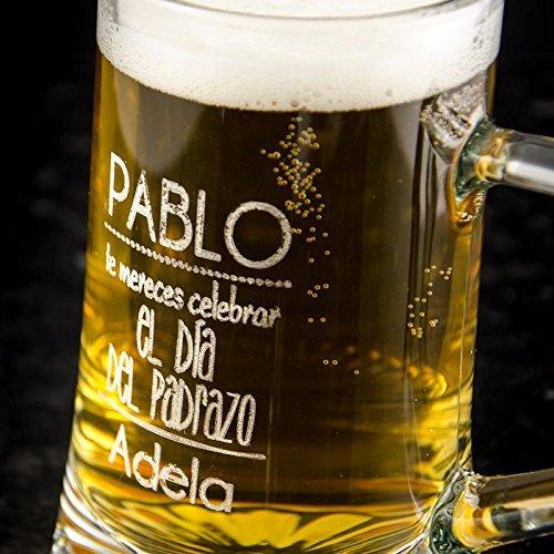 Regalo para el Día del Padre Personalizable: Jarra de Cerveza grabada con su Nombre, el Texto 'te mereces Celebrar el Día del Padrazo' y el Nombre de quien lo regala.