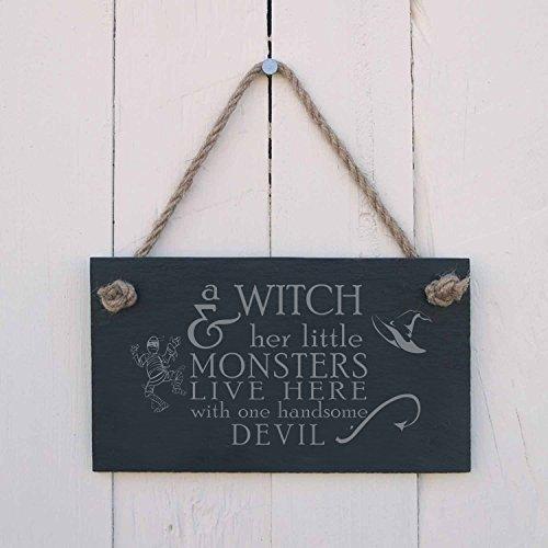 Schild mit Gravur Plaque Halloween Eine Hexe & Sie Little Monsters Live Hier Ein Fun Geschenk für, Dass Spooky Party Dekoration Wand Art Tür Schild Zum Aufhängen