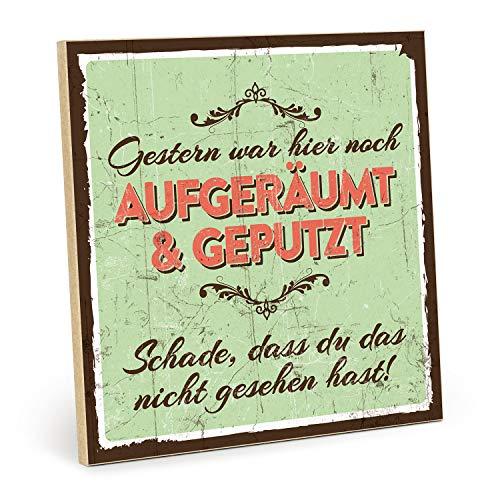 TypeStoff Holzschild mit Spruch - AUFGERÄUMT UND GEPUTZT - Shabby chic Retro Vintage Nostalgie deko Typografie Bild im Used-Look aus MDF-Holz (19,5 x 19,5 cm)