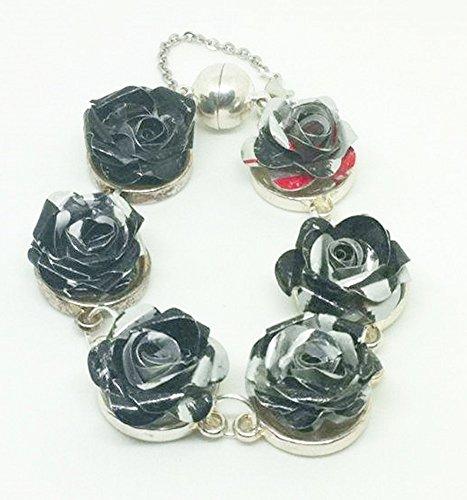 memento-rosa-bracelet-compose-de-roses-realise-avec-des-canettes-de-coca-cola-light-collection-mosch