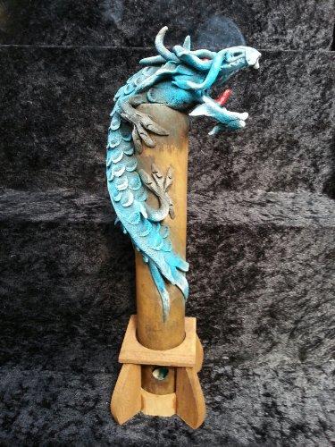 bruleur-dencens-dragon-fait-main-en-bambou-et-copeaux-de-bois-dragon-fumant-bleu-30-cm-vertical