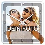 PhotoFancy Uhr mit Foto bedrucken - Fotouhr aus Acrylglas - Wanduhr mit eigenem Motiv selbst gestalten (26 x 26 cm eckig, Design: Klassisch schwarz/Zeiger: weiß)