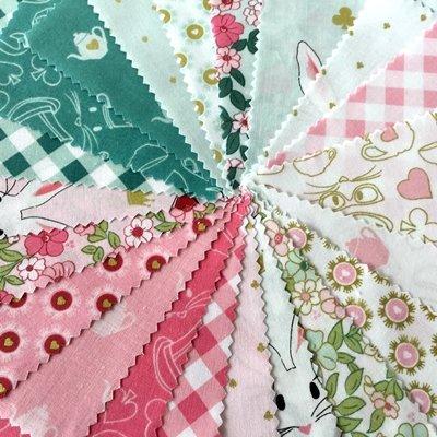 Riley Blake Lot de 21pièces Charm–Lapins Tissu Floral Patchwork carrés Charm Bundle–Rose Blanc Bleu gris Doré par Riley Blake–12.5cm x 12.5cm pièces (12,7x 12,7cm) quilting pièces