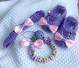 Set per neonata composto da fascina per capelli elasticizzata, scarpine in morbido filato,catenella portaciuccio con nome personalizzabile. Disponibile in misure fino a 12 mesi (per altre misure contattatemi).