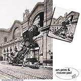 Set Regalo: 1 Póster Impresión Artística (120x80 cm) + 1 Alfombrilla para Ratón (23x19 cm) - Trenes, Ruina del Tren En La Estación De Montparnasse, París, Francia, 1895