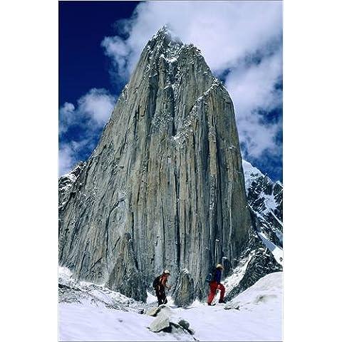 Stampa su tela 80 x 120 cm: Expedition members hike along Trango Glacier di Bill Hatcher / National Geographic - poster pronti, foto su telaio, foto su vera tela, stampa su tela