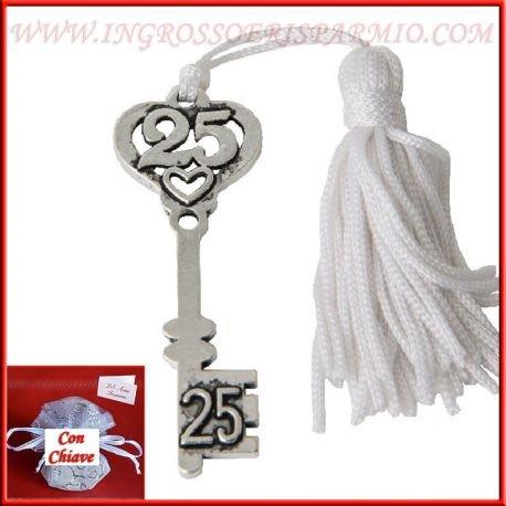 Chiave in metallo color argento con intaglio superiore a forma di cuore e numero 25 munita di occhiello e nappina bianca - bomboniera anniversario matrimonio (kit 24 pz)