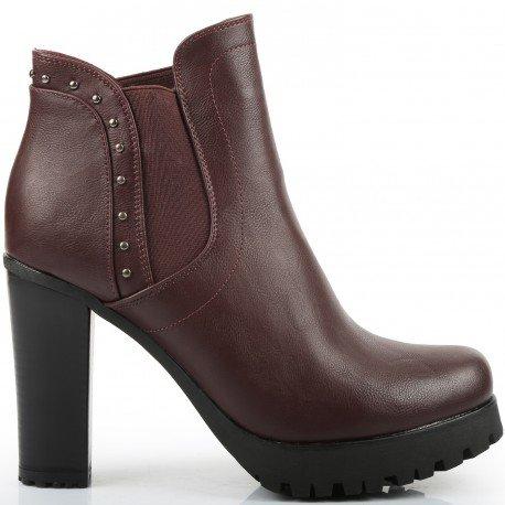 Ideal Shoes - Bottines style Chelsea à talon épais incrustées de clous Shayna Rouge