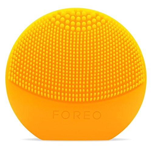 LUNA play de FOREO es el limpiador exfoliante facial, sunflower yellow. Perfecto para llevar de viaje, este cepillo facial es resistente al agua y proporciona una limpieza sónica