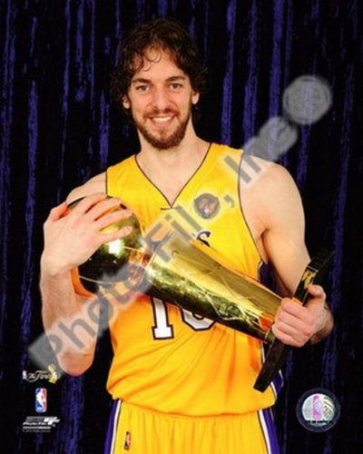 The Poster Corp Pau Gasol with 2010 NBA Finals Trophy in Studio (#30) Photo Print (40,64 x 50,80 cm) -