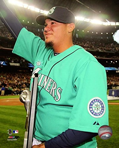 The Poster Corp Felix Hernandez receives his American League Cy Young Award Trophy Photo Print (40,64 x 50,80 cm) (Award Cy Young)