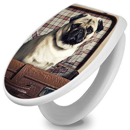 banjado Toilettendeckel mit Absenkautomatik | WC Sitz 42cm x 4cm x 37cm | Klodeckel weiß | Klobrille mit Edelstahl Scharnieren | Toilettensitz mit Motiv Mops im Koffer