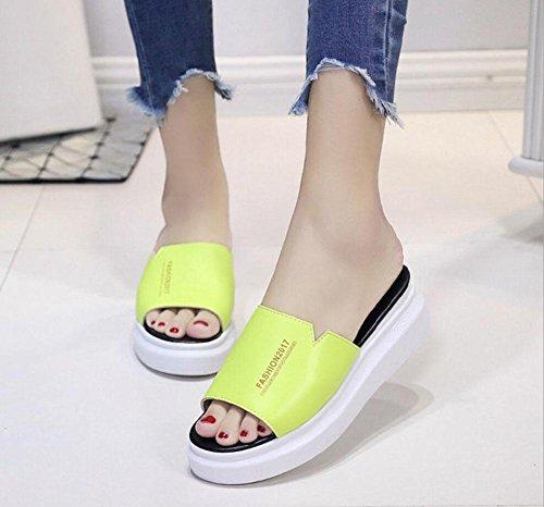 Un font pantofole femminili di spessore della crosta sandali e ciabatte focaccina marea selvaggio solido fluorescent green