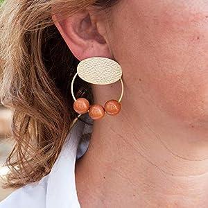 Damen ohrringe creolen.Ohrringe für Frauen mit Ring- und Harzbällen. Oval in gehämmertem Finish und mattem Gold.Farbe Cognac