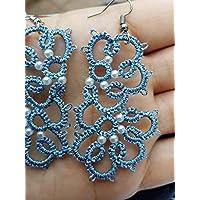 Orecchini a chiacchierino colore azzurro cenere con perle bianche, motivo a fiore.