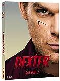 """Debra vient tout juste de surprendre Dexter en train d'accomplir son petit rituel meurtrier sur Travis Marshall, """"l'Ange de l'Apocalypse"""". La jeune lieutenant de police ne peut s'empêcher de s'interroger sur l'acte auquel elle vient d'assister, mais ..."""