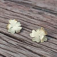 Pendientes flor en color dorado, cierre presión de plata.
