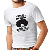 N4268 Männer T-Shirt Küssen Sie mich direkt unter meinem Schnurrbart (Medium Weiß Schwarz)