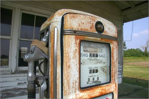 Stampa su legno 60 x 40 cm: An old gas pump at an abandoned gas station di Stephen St. John / National Geographic