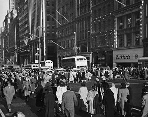 Crowd in a street 42nd Street Fifth Avenue Manhattan New York City New York USA Poster Drucken (45,72 x 60,96 cm)
