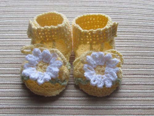 crochet-pattern-yellow-sandals-with-white-daisies