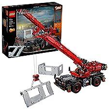 """Bring das LEGO Technic Set """"Geländegängiger Kranwagen"""" (42082) mit dem bisher größten und höchsten LEGO Technic Kran zum Einsatz. Betätige die Allradlenkung und sieh dir an, wie sich die Kolben des V8-Motors und der Lüfter bewegen, wenn du den Kran i..."""