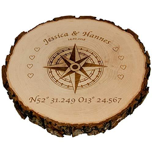 Baumscheibe - Kompass mit Personalisierung (Koordinaten, 25 cm): personalisierte Holzscheibe mit Namen und Datum - Echtholz Wanddeko samt Rinde - persönliche Hochzeitsgeschenke für Brautpaar