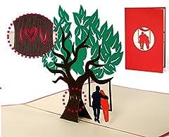 Idea Regalo - Biglietto san Valentino con albero e coppia innamorati su altalena a comparsa, invito matrimonio taglio laser con busta inclusa, elegante e romantico, rosso