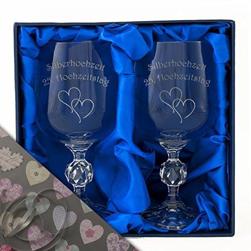 """Silberne Hochzeit , Ein Paar Kristall-Weinkelche in einer Satin-bezogenen Präsentationsbox. Eingraviert mit """"Silberhochzeit 25 Hochzeitstag"""" und Zwei Stilvolle Herzen."""
