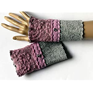 Armstulpen/Pulswärmer aus Walkwolle (Walk, Walkstoff) in Grau und in Altrosa-Ton mit floralem Relief; breiter Zackenlitz…