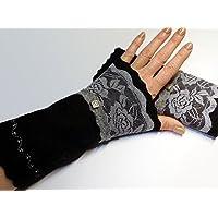 Armstulpen / Pulswärmer aus schwarzer Walkwolle (Walk, Walkstoff) mit Spitzenband-Applikation in Grau; umringender Zackenlitz, Charm (Designer-Perle), Zierstich