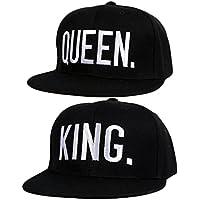 """- Sinto -  2 gorras de protección UV regulables, perfectas para parejas de novios apasionados del béisbol. Una de las gorras posee un estampado con la palabra """"Queen"""" y la otra el estampado """"King"""""""