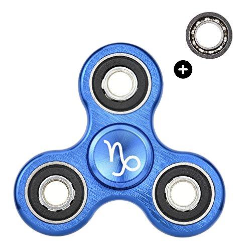 HIZOON Fidget Spinner Gadget Anti-Stress Personalizzabile (Con SegnoZodiacale) in Lega Di Alluminio, Con 2 Cuscinetti Intercambiabili, Design Unico ed Elegante, il Gioco Più Famoso Del Momento, Idea Regalo Originale (Capricorno Blu)
