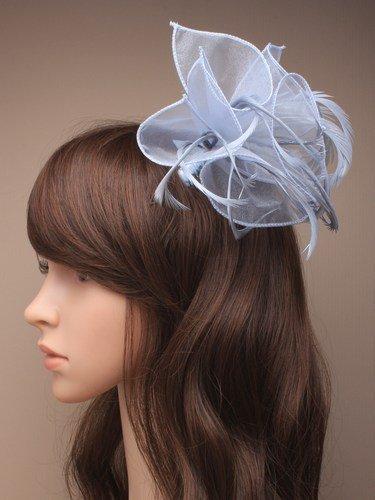 Chapeau Bibi couleur gris argenté avec forme pétale et plumes foncées monté sur un peigne recouvert