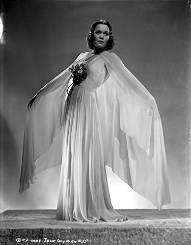 The Poster Corp Jane Wyman Posed in White V-Neck Gathered Silk Bodice and Pleated Silk Skirt with Long Sheer Silk Muffler Photo Print (60,96 x 76,20 cm) -