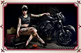Frau mit Motorrad schild aus blech, motorrad, pin-up, biker retro, brunette, tattoo, rockabilly,