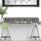Weird Or Wonderful Mini-Straßenschild, Motiv Nobody Gets Out Sober, Retro-Stil, Vintage, Schwarz/Weiß – Getränkebar Happy Hour Wine Cocktail Geschenk